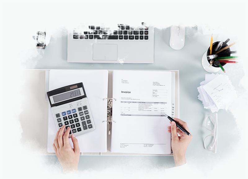 Kobieta robiąca rozliczenie przy pomocy kalkulatora